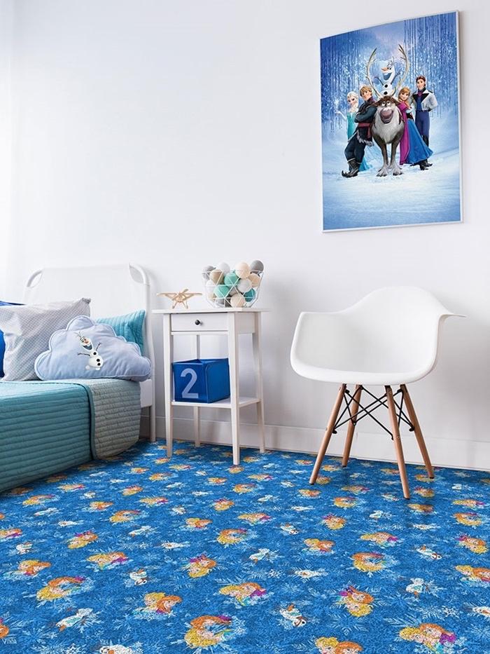 peinture interieur, chambre d'enfant aux murs blancs et tapis bleu foncé à motifs Elsa et Anna, couverture de lit en turquoise
