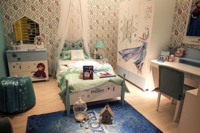 chambre reine des neiges, aménagement pièce d'enfant aux murs papier peint Elsa, petit lit à baldaquin Frozen