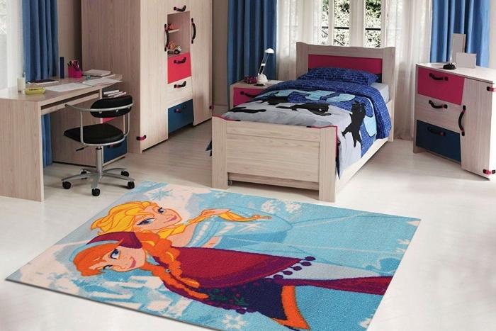 aménagement chambre enfant au plancher blanc, meubles chambre enfant en bois, grande fenêtre en bois blanc