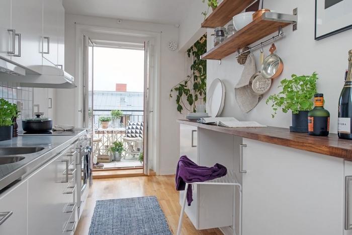 cuisine équipée, cuisine blanche au plancher en bois stratifié avec tapis gris, arrangement de cuisine en longuer