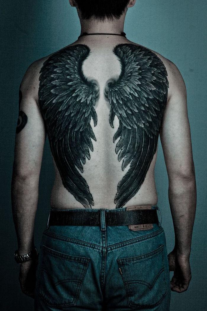 1001 id es tatouage dos homme sous le signe du verso - Tatouage aile d ange homme ...