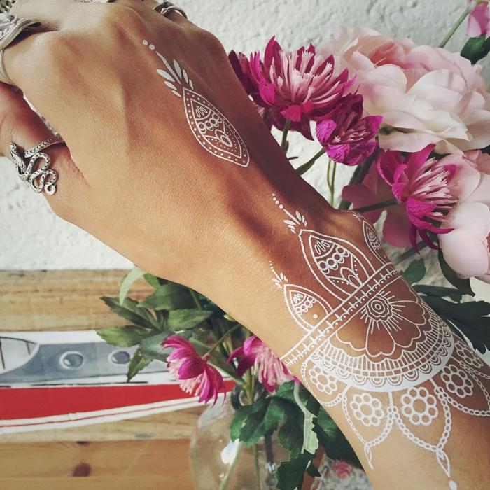 henné simple main, tatouage temporaire pour femme à motifs gouttes d'eau, art corporel blanc à design féminin