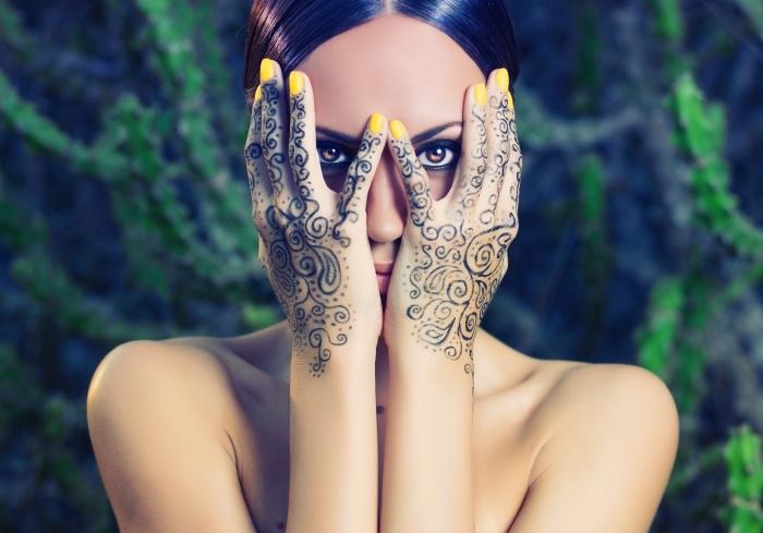 henné main simple, art corporel pour femme au henné noir sur les mains et les doigts, tatouage temporaire à motifs floraux et volutes