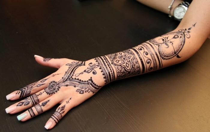 motif henné, idée comment se tatouer les bras à design temporaire, tattoo au henné noir et motifs gouttes d'eau