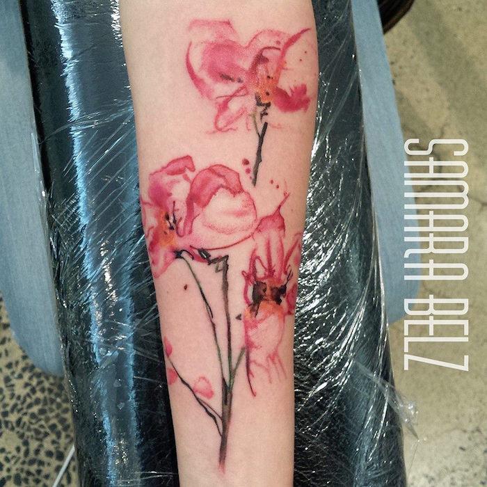 tatouage aquarelle orchidée rose avant bras