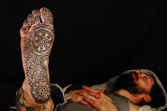 tatouage symbole bouddhiste tibetain tattoo sous pied