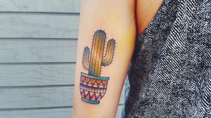 tatouage bras femme, cactus en pot coloré, tatouage au bras en plusieurs couleurs
