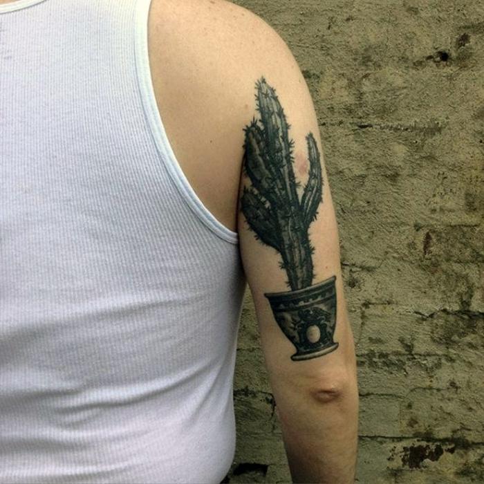 tatouage bras homme, tatouage réalistique à l'encre noire au bras d'un homme