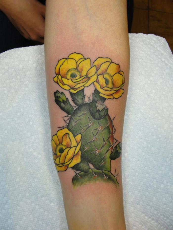 tatouage cactus épanoui en fleurs jaunes, tatouage sur l'avant-bras; modèle cactus