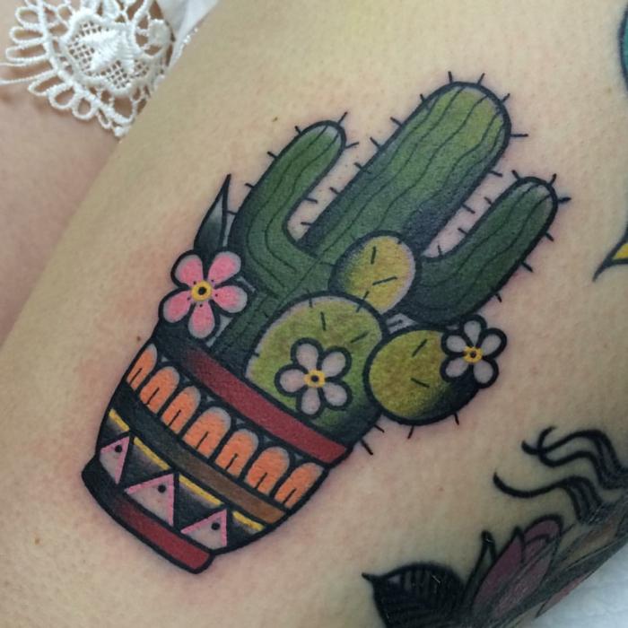 tatouage cactus, pot de fleur aux motifs ethniques, tatouage à la cuisse miraculeuse