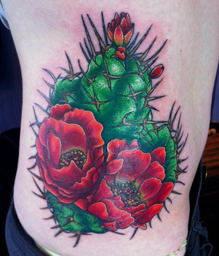 tatouage cactus, tatouage old school, grandes fleurs rouges et épines