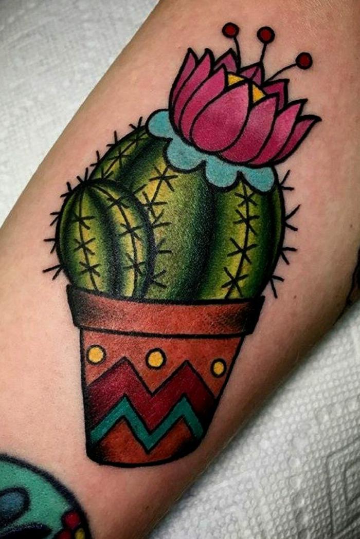 tatouage cactus, plante exotique en pot tatouée au bras, petit cactus fleuri