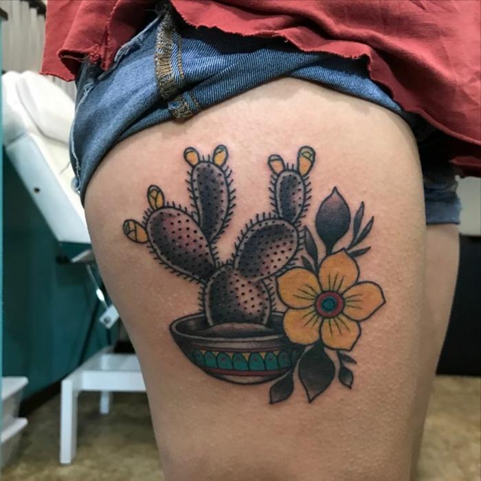 tatouage cactus, plante médicinale et décorative, fleurs jaunes, tatouage femme cuisse