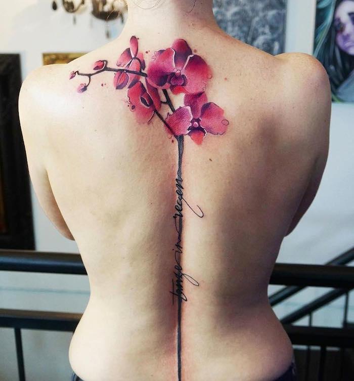 tatouage grosse fleur rose dans le dos tatouages de fleurs nuque femme