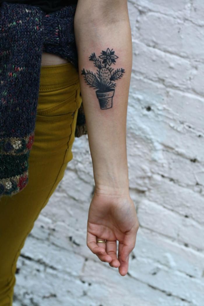 tatouage femme avant-bras, petit tatouage en pot, jeans moutarde et gilet