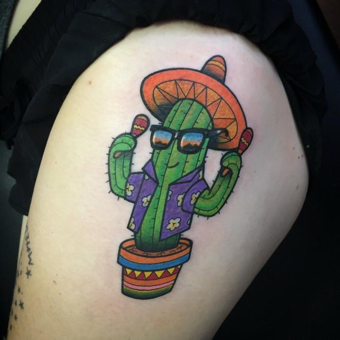 tatouage femme cuisse, cactus avec sombrero, avec une chemise bleue et dans un pot