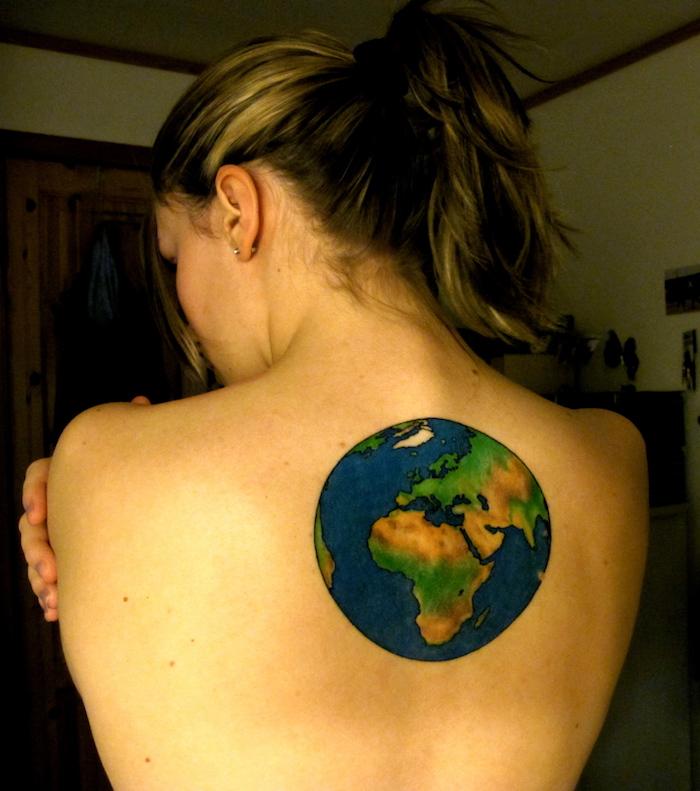 tatouage terre planete bleu dans le dos femme