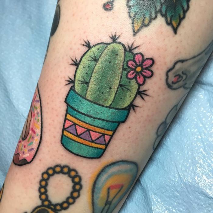 tatouage femme manchette, petit tatouage mignon fleuri en rose, tatouage coloré