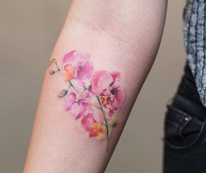 petit tatouage orchidées roses avant bras quarelle