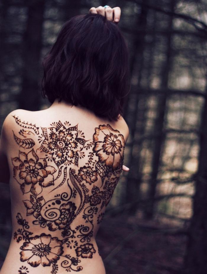 motif henné, femme au dos tatoué au henné à design feuilles et fleurs, coupe de cheveux femme mi longs coloration foncée