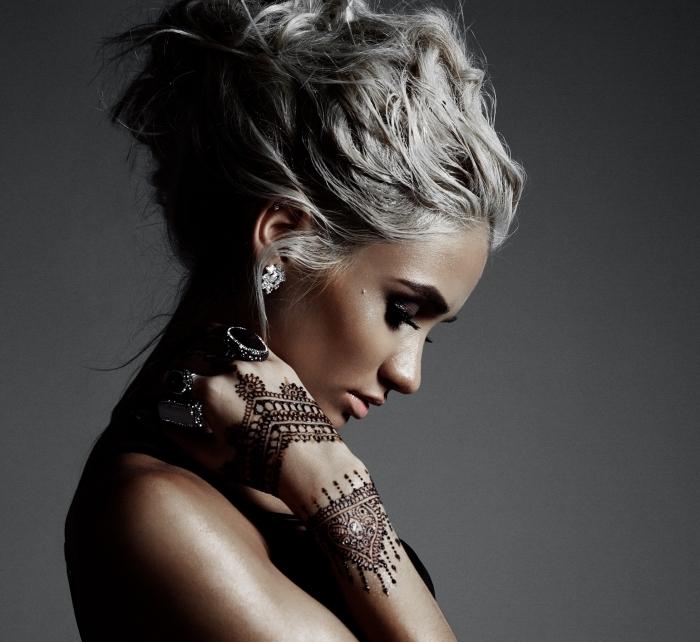 motif henné, coiffure cheveux attachés en chignon haut, coloration de cheveux gris pastel, tatouage temporaire à design dentelle