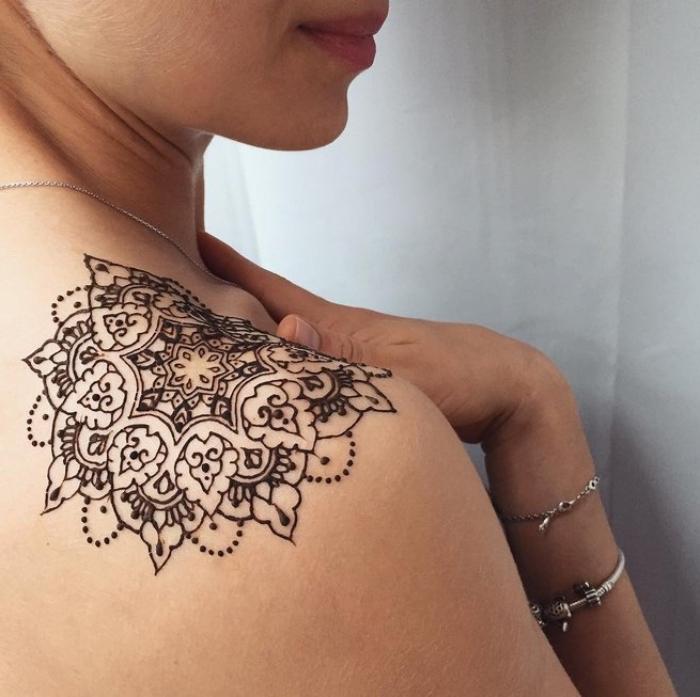 tatouage épaule temporaire, dessin à design mandala au henné noir, modèle de tatouage pour femme