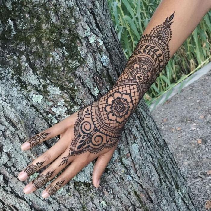 modele henné main, tatouage dentelle temporelle à design mandala sur les mains et les doigts