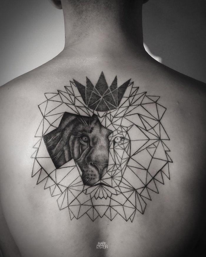 idée de tatouage homme haut du dos tete de lion geometrique