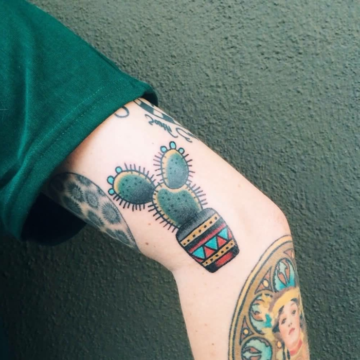 tatouage manchette homme, pot de fleurs motifs colorés ethniques