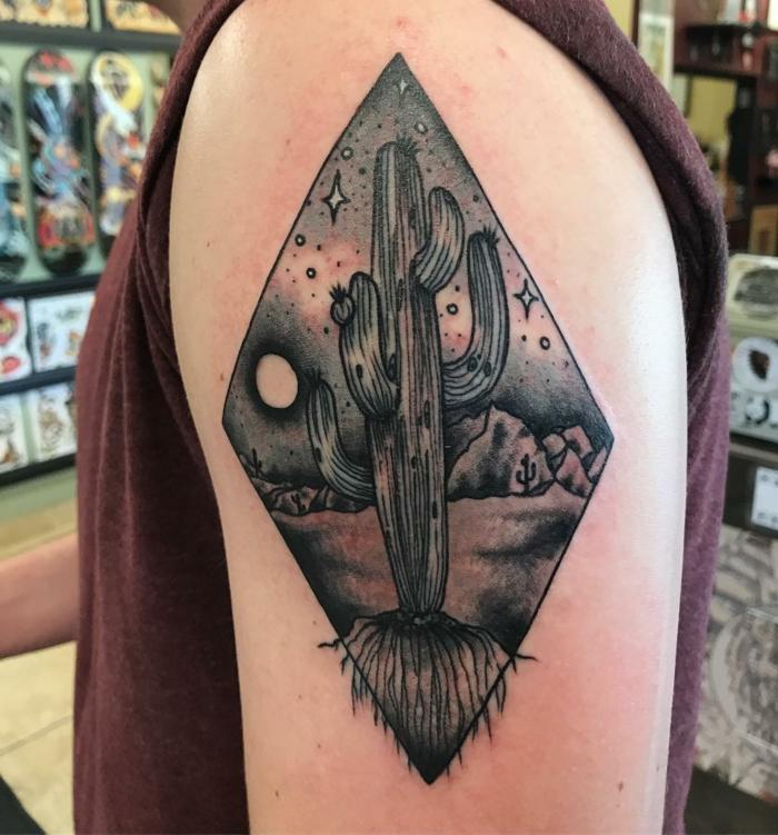 tatouage manchette homme, nuit magique au-dessus du désert et grand cactus