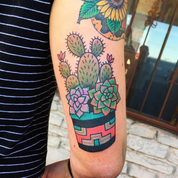 tatouage manchette homme, succulents et cactus dans un pot coloré, tatouage tournesol