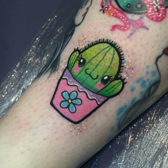 tatouage mignon cactus, petit cactus en pot rose, physionomie mignonne