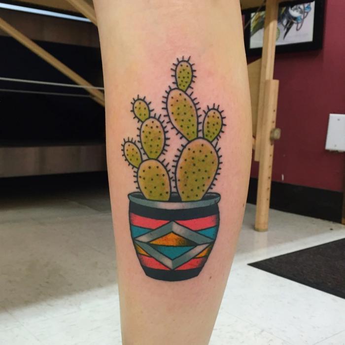 tatouage mollet femme, pot de fleur en plusieurs couleurs avec un grand cactus