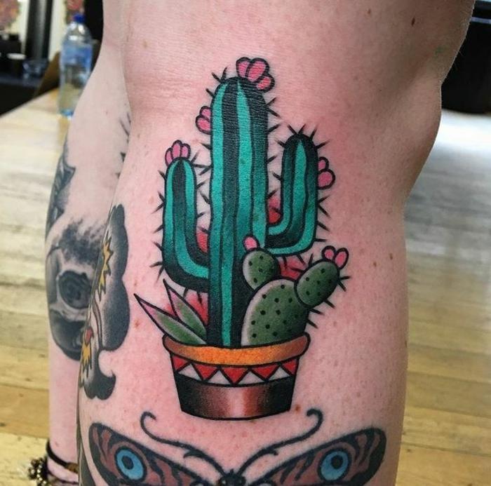 tatouage mollet femme, cactus en pot, aiguilles et fleurs sur un cactus vert