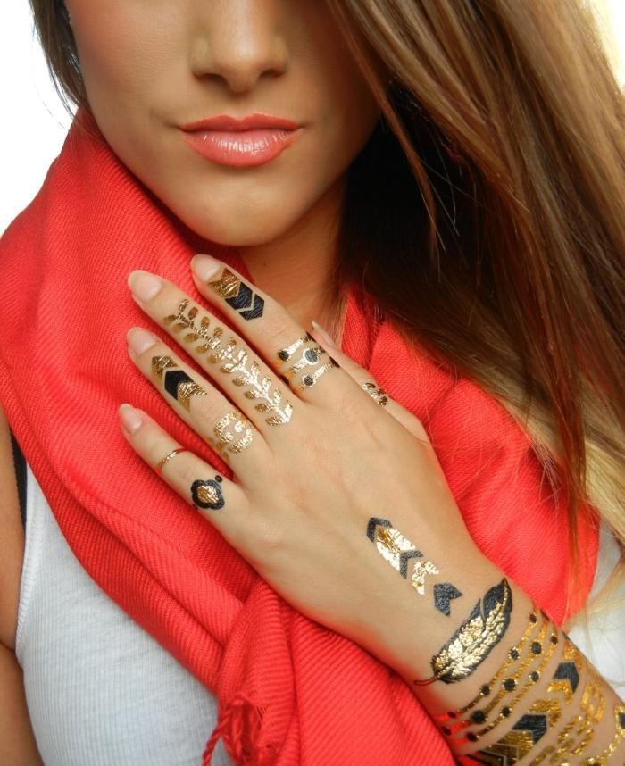 tatouage temporaire, dessin sur mains et doigts en noir et or, modèle d'écharpe longue en rouge