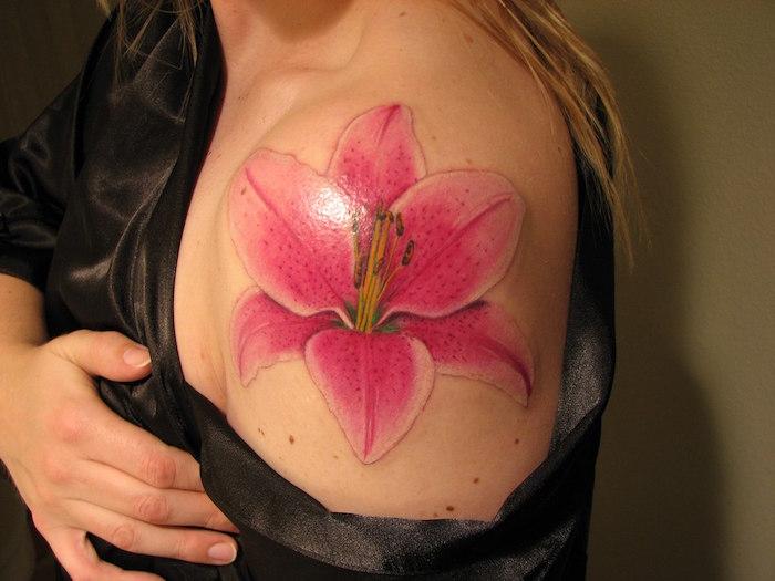 tatouage fleur femme épaule symbole de l orchidée rose