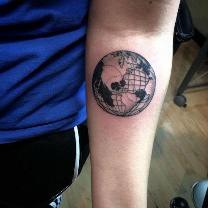 planete avec méridiens tattoo sur bras