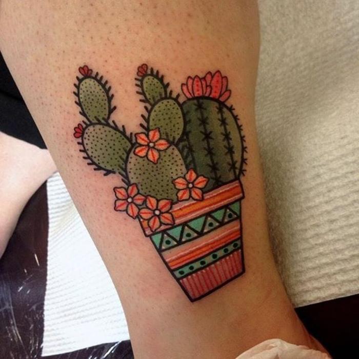 tatouage mollet homme, fleurs oranges et pot bariolé tatoués sur le mollet