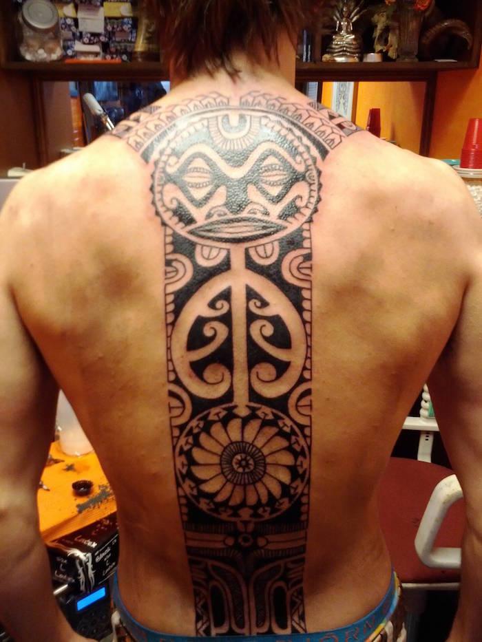 tatouage polynesien dos homme tattoo maori colonne