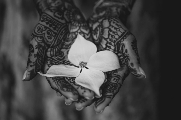modele henné main, art corporel à design florale et mandala sur des mains féminins au vernis nude