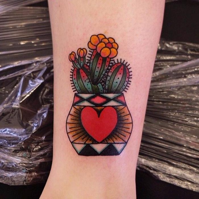 tattoo coloré, cactus avec fleurs oranges, pot avec un coeur rouge et motifs géométriques