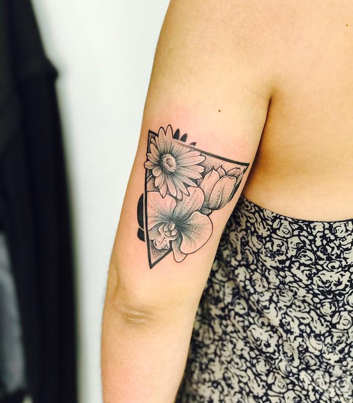 dessin tatouage fleur orchidée triangle bras tattoo coude