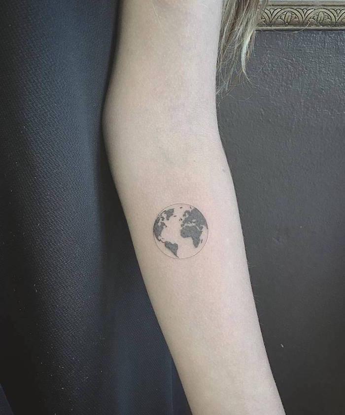petit tatouage terre discret sur bras femme