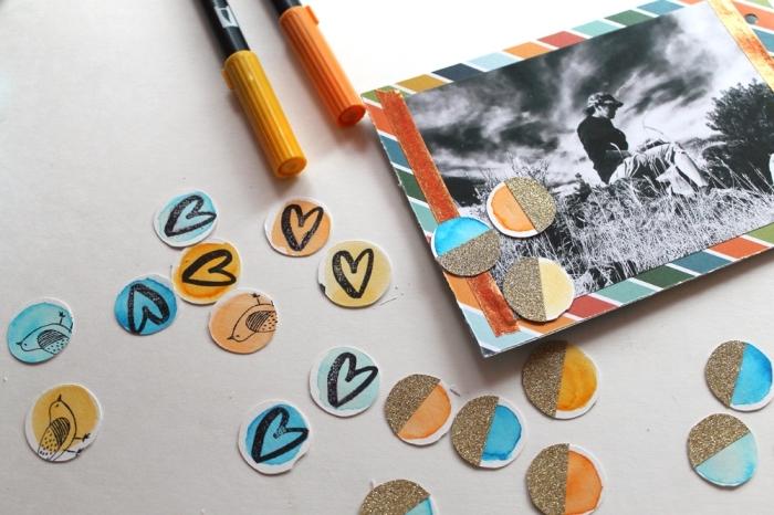 exemple scrapbooking, petites découpure de papier avec dessin coeurs et oiseaux pour coller sur les pages de l'album scrapbooking