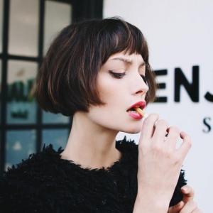 Tous les conseils pour adopter la frange courte - 90 coiffures tendance à frange minimaliste
