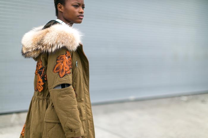 look stylé et chaud en hiver avec parka fourrure femme ornée de jolies broderies florales