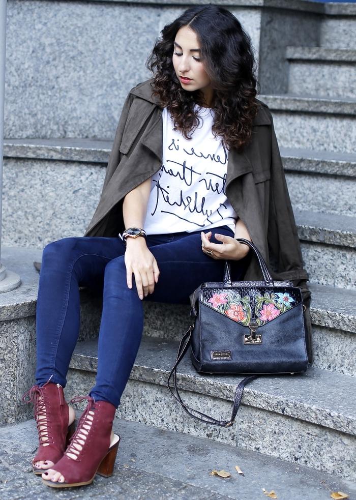 look décontracté en jean slim et t-shirt à message manuscrit complété par une veste kaki femme et des bottine ouvertes bordeaux