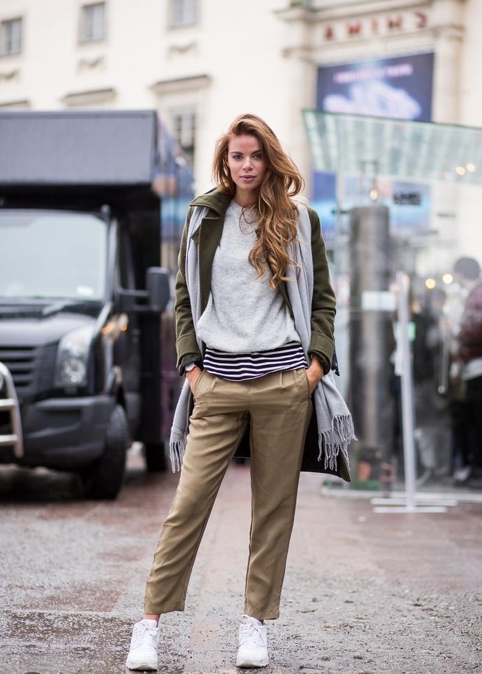 look décontracté au tailleur pantalon kaki femme associé à des baskets blancs, long manteau fluide et une simple blouse grise