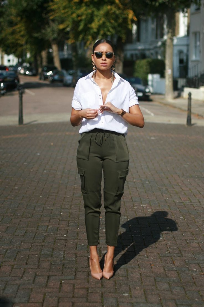 pantalon militaire femme porté de façon chic avec une chemise blanche à manche retroussée et des escarpins couleur nude