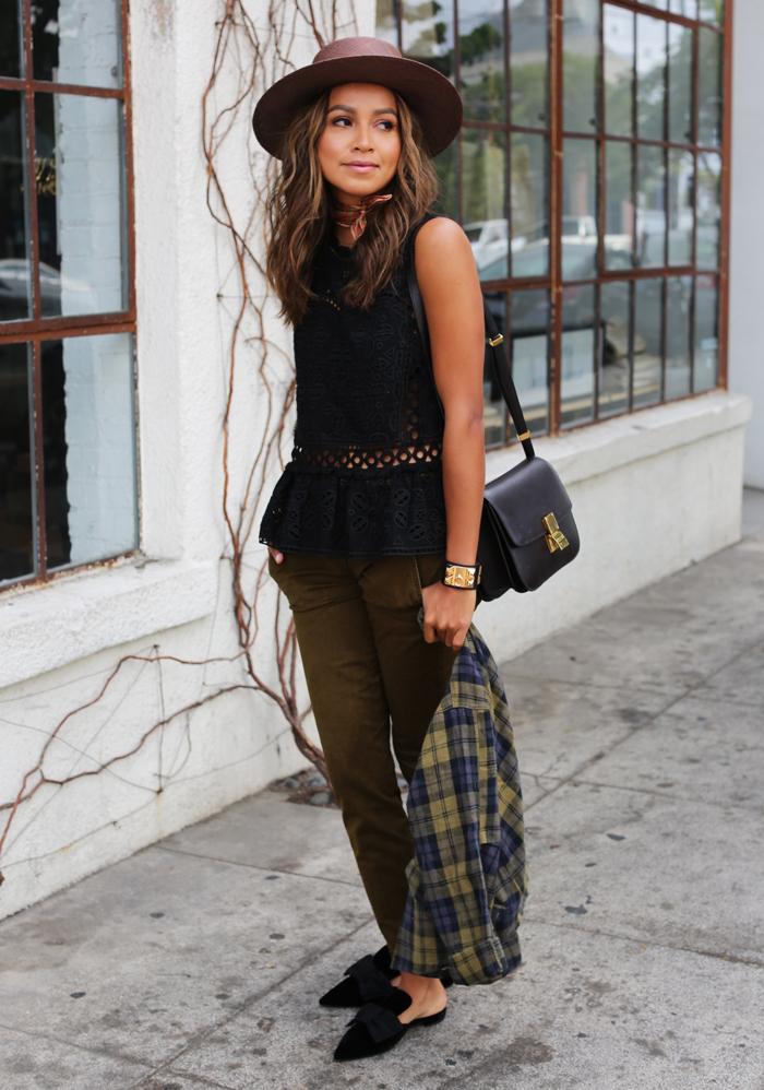 look féminin en tenue pantalon kaki, top évasé en bas à effet dentelle et des mules tendance